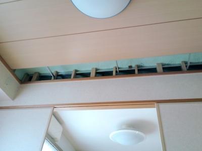 地震で天井が落ちた