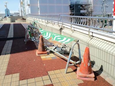 大震災後、泉中央駅近くの歩道